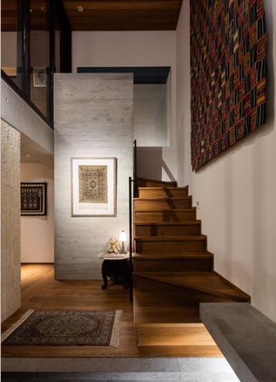 アンティークな雰囲気の広々とした玄関 (田園調布の家)