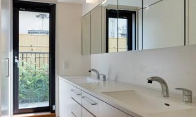 ダブルボウルのある洗面室|田園調布の家