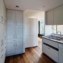 田園調布「I邸」の写真 収納たっぷりの白いキッチン