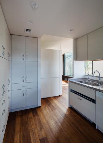 田園調布の家の部屋 収納たっぷりの白いキッチン