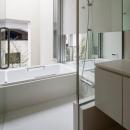 東綾瀬の家の写真 大きな窓のあるバスルーム
