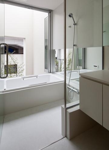 東綾瀬の家の部屋 大きな窓のあるバスルーム