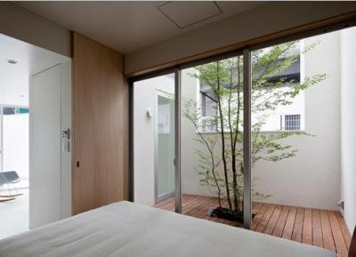ウッドデッキテラスと繋がるベッドルーム (東綾瀬の家)