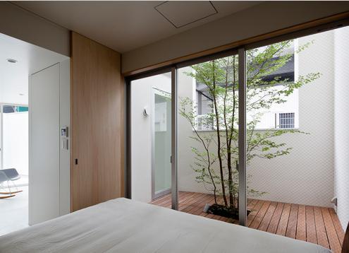 東綾瀬の家の部屋 ウッドデッキテラスと繋がるベッドルーム