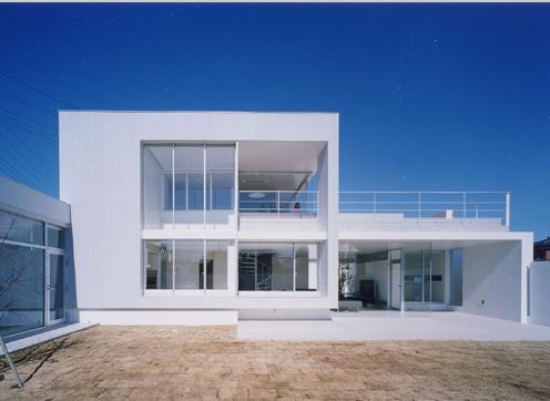 石岡の家の部屋 テラスのある白い外観