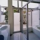 ダブルボウルのある洗面室と白いバスルーム