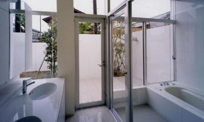 ダブルボウルのある洗面室と白いバスルーム|石岡の家