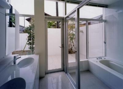ダブルボウルのある洗面室と白いバスルーム (石岡の家)