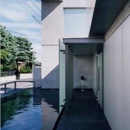 山手の家 (水が落ち着きを与える玄関アプローチ)