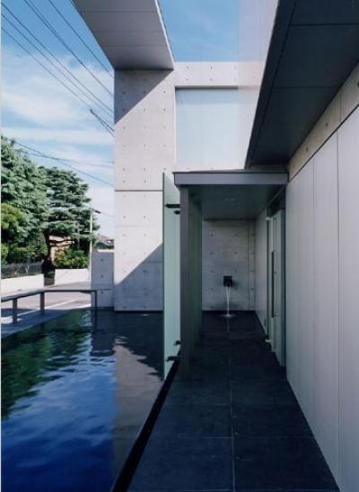 水が落ち着きを与える玄関アプローチ (山手の家)