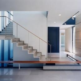 山手の家-階段が目を引くエントランス