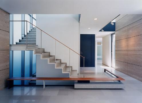 玄関事例:階段が目を引くエントランス(山手の家)