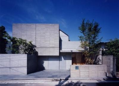 白楽の家 (木質感・季節の変化を植栽等によって表現した外観)