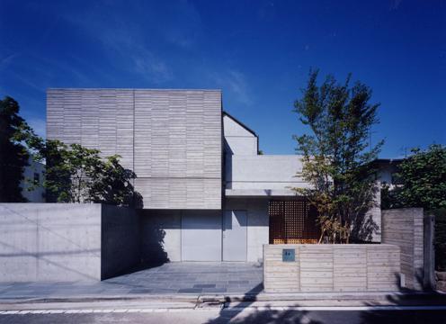 白楽の家の部屋 木質感・季節の変化を植栽等によって表現した外観