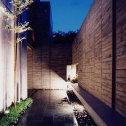 白楽の家 (ライトアップした石畳のアプローチ)