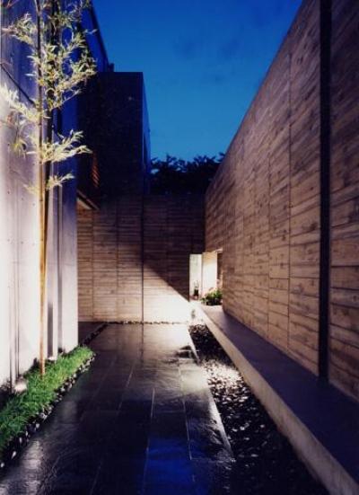 ライトアップした石畳のアプローチ (白楽の家)
