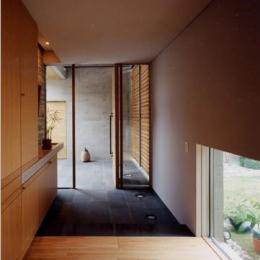 白楽の家 (収納たっぷりの玄関)