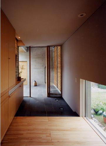 白楽の家の部屋 収納たっぷりの玄関