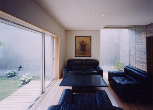 白楽の家の写真 中庭と一体感のあるリビング