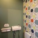 彩りの家の写真 遊び心のあるトイレのクロス