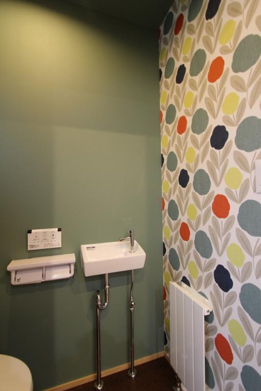 バス/トイレ事例:遊び心のあるトイレのクロス(彩りの家)