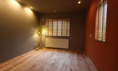 壁上がアクセントカラーの洋室|彩りの家