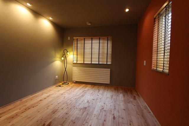 彩りの家の部屋 壁上がアクセントカラーの洋室