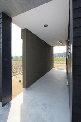 軽海の家 (風を感じる玄関アプローチ)