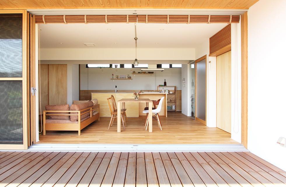 軽海の家の部屋 リビングと一体感のあるウッドデッキ