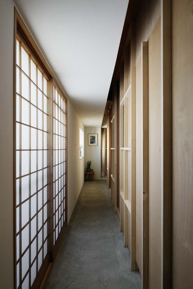 「囲みの層」 -大津のリノベーション-の写真 リビングから土間空間を見る