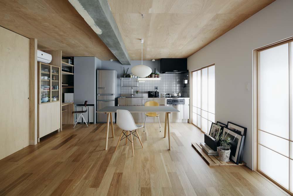 「囲みの層」 -大津のリノベーション-の写真 リビングからダイニング・キッチンを見る