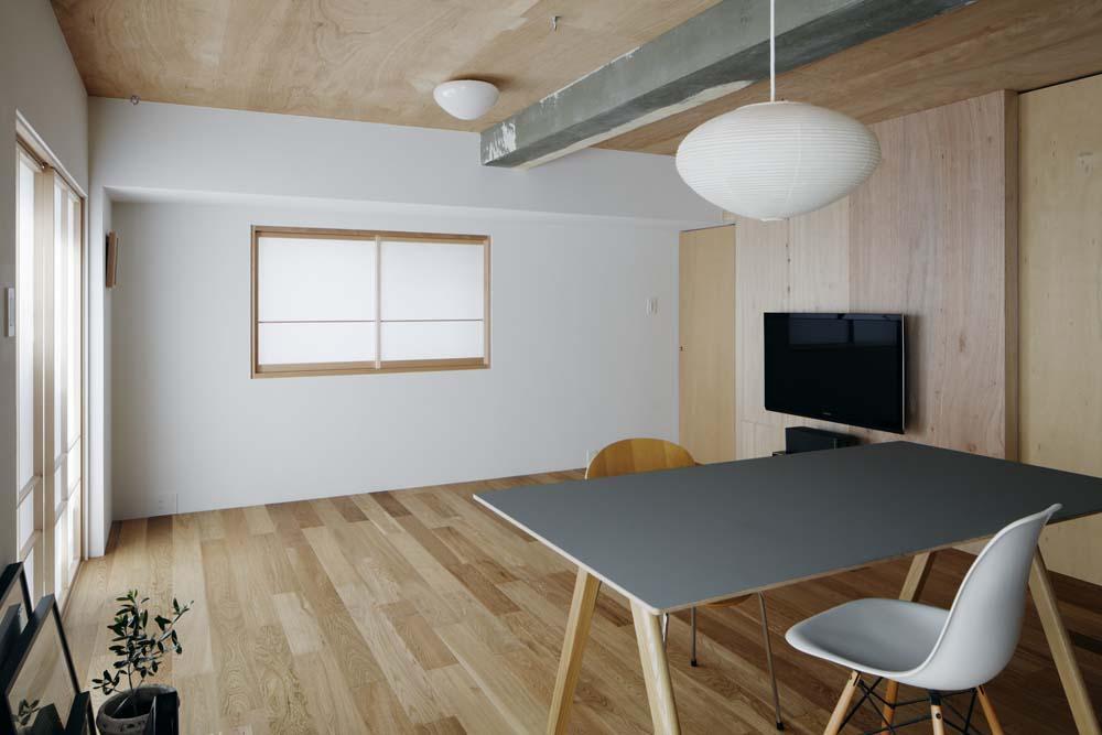「囲みの層」 -大津のリノベーション-の写真 キッチンからリビング方向を見る