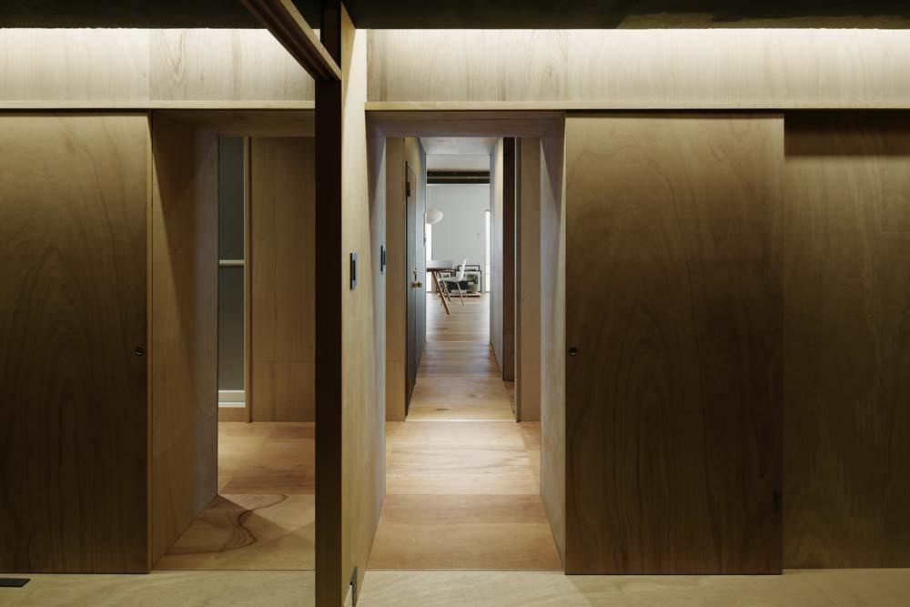 「囲みの層」 -大津のリノベーション-の写真 寝室からダイニング方向を見る