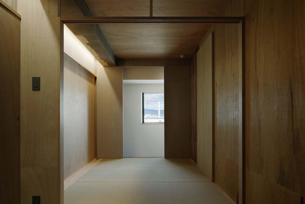「囲みの層」 -大津のリノベーション-の写真 色々な要素が層状に重なる寝室