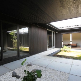 能美市の家 (大きな空がぽっかりと建物内に広がる中庭)