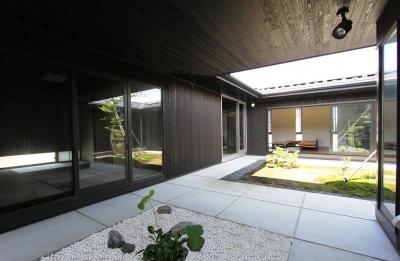 大きな空がぽっかりと建物内に広がる中庭 (能美市の家)