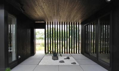能美市の家 (中庭と繋がる玄関)