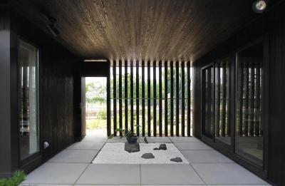 中庭と繋がる玄関 (能美市の家)