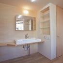 N-Frameの写真 収納棚のある洗面室