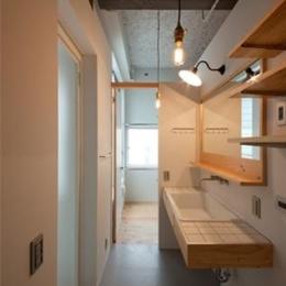 収納棚のある白いタイルの洗面室 (マトリョーシカノイエ)