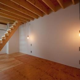 個性的な階段のある洋室