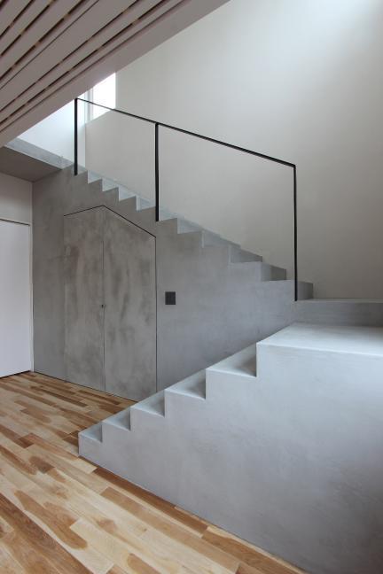 white rockの部屋 収納のあるコンクリートの階段