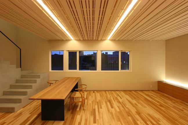 white rockの部屋 壁と繋がる線状の天井に包まれた空間