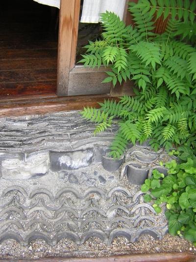 玄関前の風情 (「潤い感のある緑」の成功例)