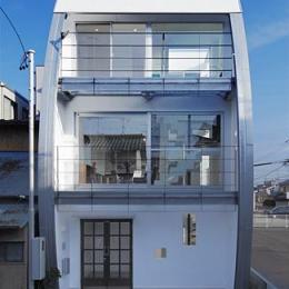 ハークネスの家 (室内からも見渡せるようにガラス張りの個性的な外観)