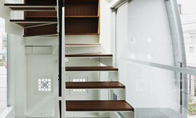 ハークネスの家 (収納のあるオープン型階段)