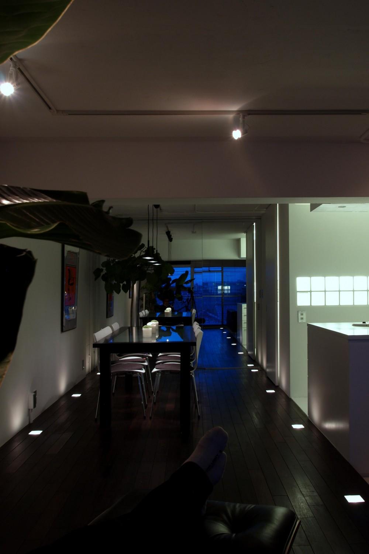 ブルースタジオ「RW-フロアライトと鏡で、どこまでも続く滑走路のように」