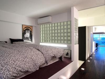 ベッドルーム (RW-フロアライトと鏡で、どこまでも続く滑走路のように)