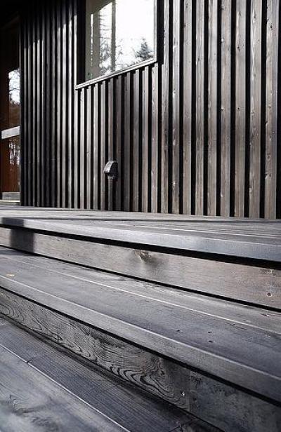 屋外階段デッキ (カラマツの森の中の家)