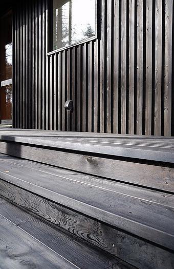 カラマツの森の中の家の写真 屋外階段デッキ